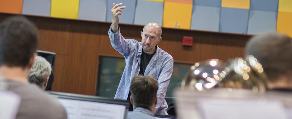 Ed Partyka diriguje Concept Art Orchestra v rámci projektu Země stoletá (2018) / Foto Jan Mazura